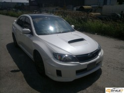 Subaru Impreza with gloss black roof